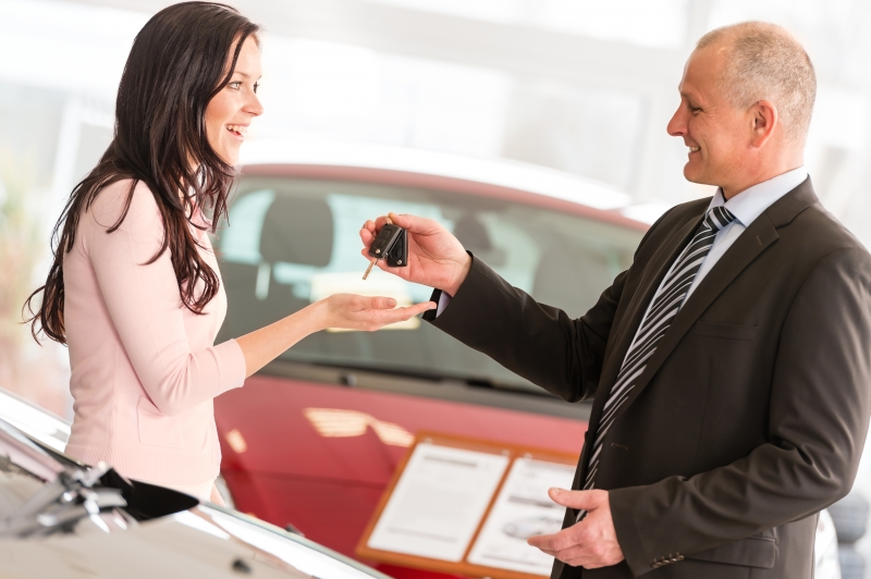 5678427-salesman-handing-car-keys-to-woman